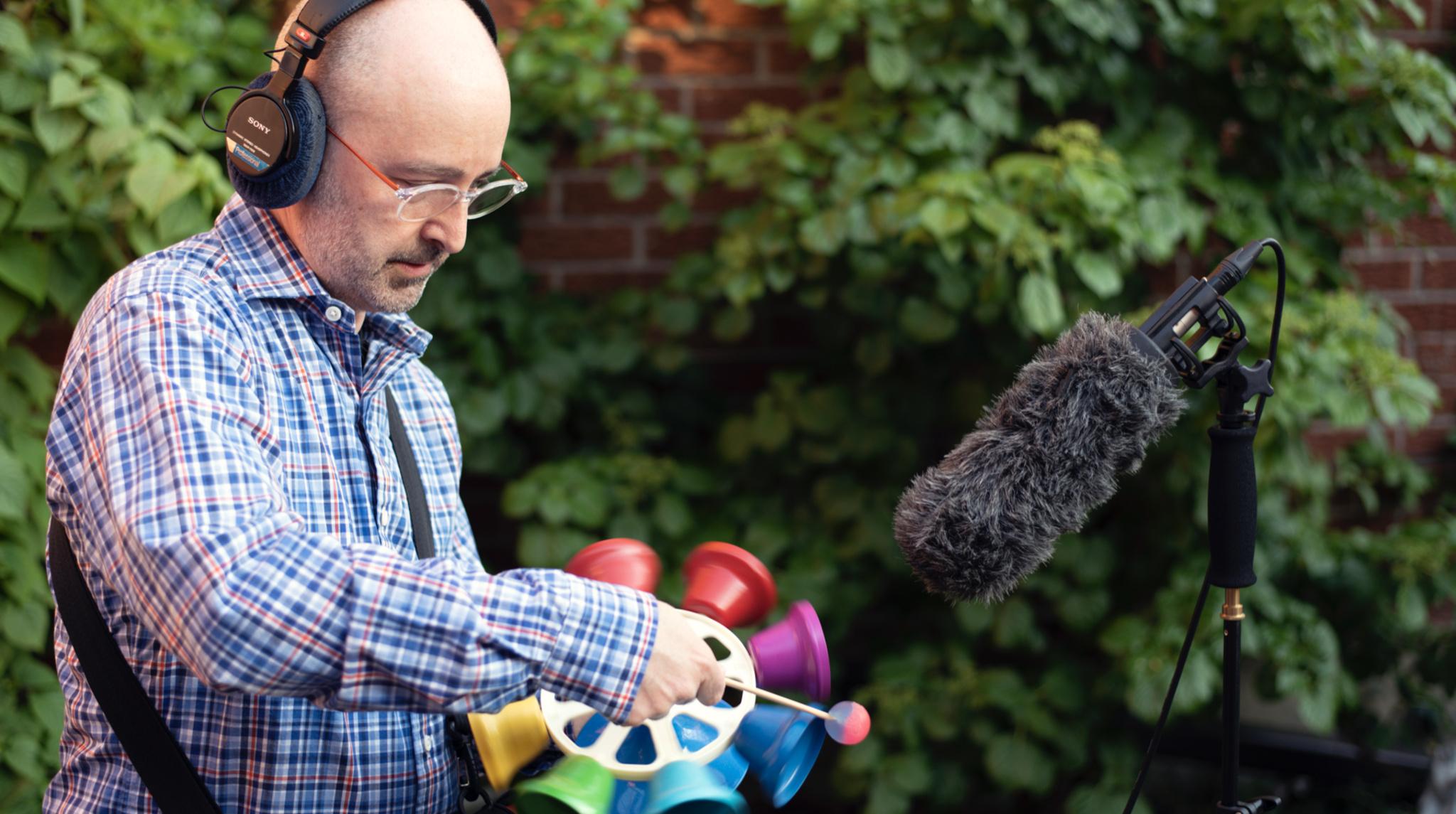 Miller enregistre des sons dans son jardin