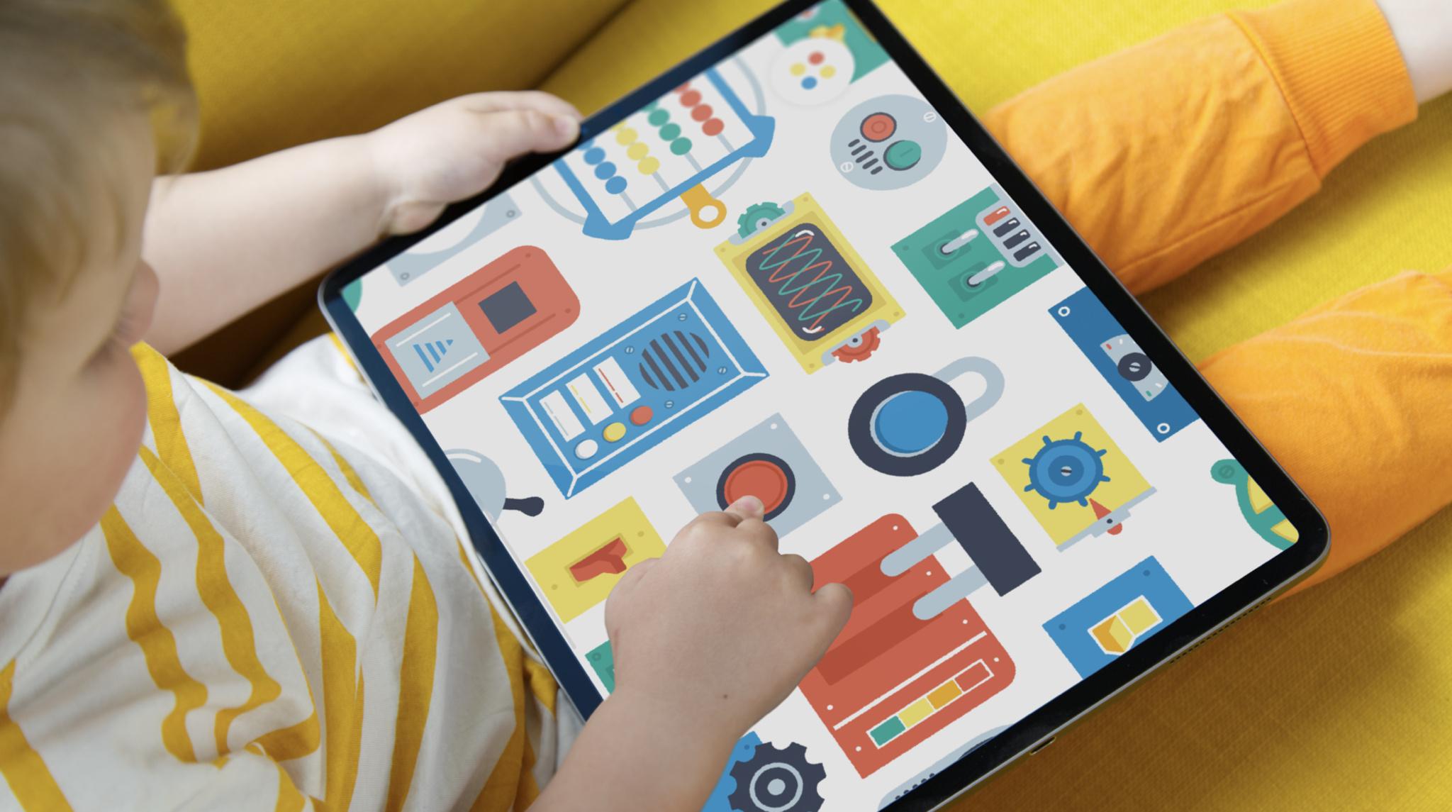 Un enfant en pantalon jaune joue avec la ludothèque Pok Pok Playroom