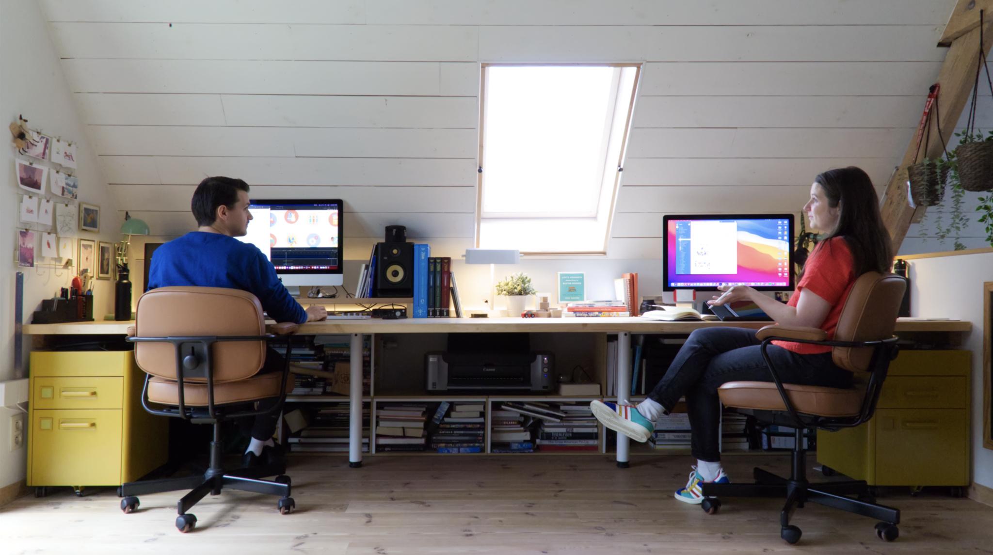 Le couple Pok Pok Playroom dans leur bureau à domicile